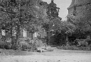 Pfarrhaus in Kell mit Verbindungstür durch die angrenzende  Mauer zur Kirche rechts, Juni 1960