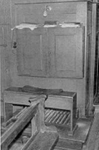 Links die Orgelbühne mit geschlossenen Türen.  Rechts geöffneter Spieltisch der Orgel in der Pfarrkirche in Kell am 26. Juni 1969. Es sind wieder einige Register gezogen.
